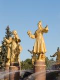 Amitié de fontaine de sculpture des peuples Photos stock
