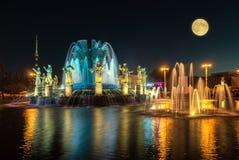 Amitié de fontaine des nations le soir Image stock