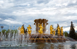 Amitié de fontaine des personnes et du pavillon central sur VVC (VDNH) Photo stock