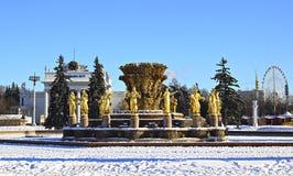 Amitié de fontaine des peuples et des pavillons du centre d'exposition russe Photo stock
