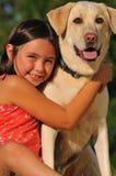 Amitié de petite fille et de chien Photographie stock