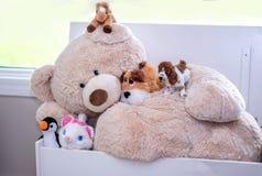 Amitié de salle de jeux avec les jouets bourrés Photo stock