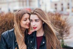 Amitié Deux femmes parlant dans la ville Photo stock