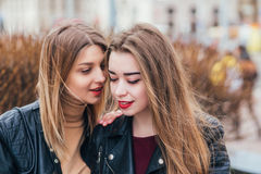 Amitié Deux femmes parlant dans la ville Image libre de droits