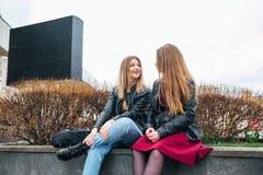 Amitié Deux femmes parlant dans la ville Images libres de droits
