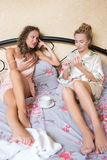 Amitié - deux filles de sourire ont le bavardage, blanc Photo libre de droits
