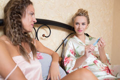 Amitié - deux filles de sourire ont le bavardage, blanc Image stock