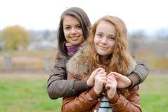 Amitié - deux meilleures amies étreignant l'eachother Images libres de droits