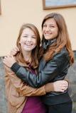 Amitié - deux meilleures amies étreignant l'eachother Photos libres de droits