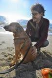 Amitié entre l'homme et le chien Image stock