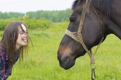 Amitié entre la jeune fille et le cheval Photos stock