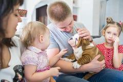 Amitié entre les personnes et les chiens Image stock