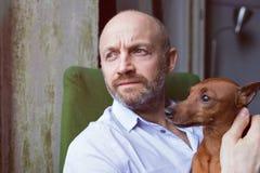 Amitié entre un chien et un homme Images stock