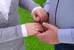 Amitié et amour de femme de l'homme : deux remet la nature Photos libres de droits