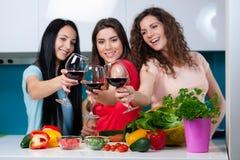 Amitié et bon temps au-dessus d'un verre de vin Photographie stock libre de droits