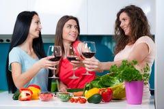 Amitié et bon temps au-dessus d'un verre de vin Image stock