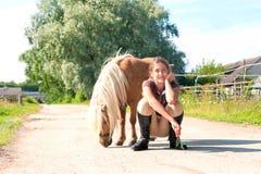Amitié et confiance Adolescente gaie avec peu de shetl Photos libres de droits