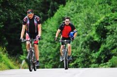 Amitié et course sur le vélo de montagne Photos stock