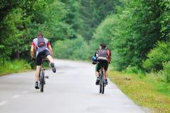 Amitié et course sur le vélo de montagne Images stock