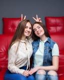 Amitié femelle, loisirs des filles heureuses Image libre de droits