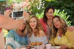 Amitié, groupe de femmes au matin de café Image stock