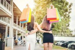 Amitié heureuse de femmes appréciant dépensant des paniers dans Fashio Photographie stock libre de droits