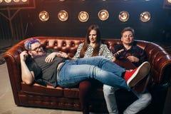 Amitié heureuse, plan à trois haha sur le sofa Photos stock