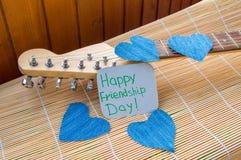 Amitié jour 4 août heureux Coeur de denim sur la guitare Photographie stock libre de droits