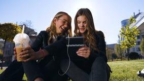 Amitié, les gens et concept de technologie - amis adolescents heureux à l'aide du comprimé ordinateur-ordinateur au parc au ce banque de vidéos