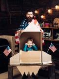 Amitié, liberté et concept internationaux de personnes - famille heureuse avec le drapeau américain à la fusée de papier Photo libre de droits