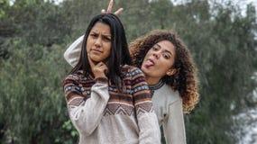 Amitié maladroite parmi les filles hispaniques de l'adolescence images stock