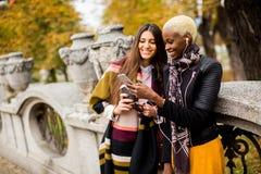 Amitié multiraciale Photographie stock libre de droits