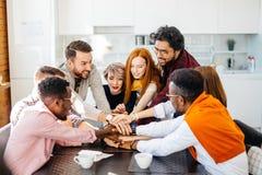 Amitié parmi les membres multiraciaux de l'équipe Images stock
