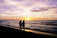 Amitié pendant le coucher du soleil sur la plage cubaine Photos stock