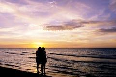 Amitié pendant le coucher du soleil sur la plage cubaine Images libres de droits
