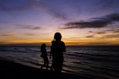 Amitié pendant le coucher du soleil sur la plage cubaine Photo stock