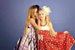 Amitié, regard, coiffeur, épousant Petites filles dans la robe à la mode, bal d'étudiants Soeurs de mannequin de famille, beauté Image stock