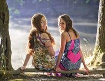 Amitié souriant deux filles Image libre de droits