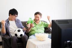 Amitié, sports et concept de divertissement - ami masculin heureux Photo stock