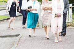 Amitié, voyage, tourisme, vacances d'été et concept de personnes - fin des femmes bien habillées et des hommes marchant dans la r Image stock