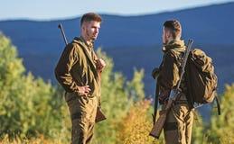 Amiti? des chasseurs des hommes Mode uniforme militaire Forces d'arm?e camouflage Qualifications de chasse et ?quipement d'arme c photo stock