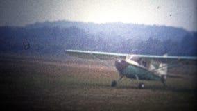 AMITYVILLE, NY Les ETATS-UNIS - 1954 : Avions débarquant à l'aéroport privé du Zahn exclusif banque de vidéos
