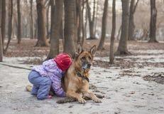 Amizade com um cão Foto de Stock Royalty Free