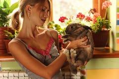Amizade com uma foto do estilo de Bunny Vintage da Páscoa de uma jovem mulher bonita com seu coelho fotos de stock royalty free