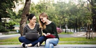 Amizade das mulheres que estuda o conceito da tecnologia da sessão de reflexão Foto de Stock Royalty Free