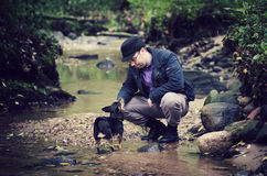 Amizade do homem e do cão Imagens de Stock