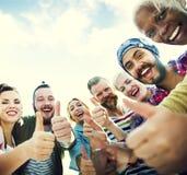A amizade dos amigos gosta dos polegares acima do conceito do divertimento da unidade Imagens de Stock Royalty Free