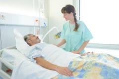 Amizade entre o paciente e a enfermeira fotos de stock royalty free