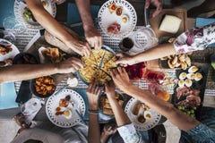 Amizade gourmet culin?ria de abastecimento e jantar do conceito dos elogios do partido da culin?ria do alimento junto telefones c fotografia de stock