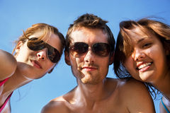 Amizade. Grupo pequeno que tem o divertimento Fotos de Stock Royalty Free